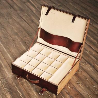 Деревянный чемодан с гравировкой и отсеками